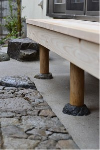 檜を使用し製作 丸太を束となる石にひかりつけてあります。 足元の延べ段には小松石の古材、筑波ゴロタを畳んであります