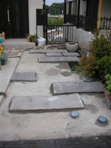 施工途中です。下地の上に、白河石の薄材をランダムに敷いていきます。