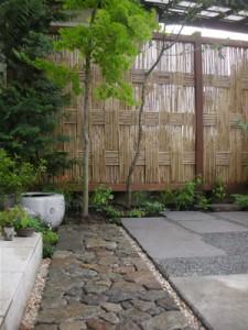 玄関からの伝いに筑波ゴロタ石の延べ段と、隣家の眼隠しとして阿弥陀垣を設けました。